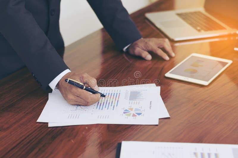Mężczyzna stoi przy biurkiem i pracującym writing dokumentu ręki zakończeniem up zdjęcia stock