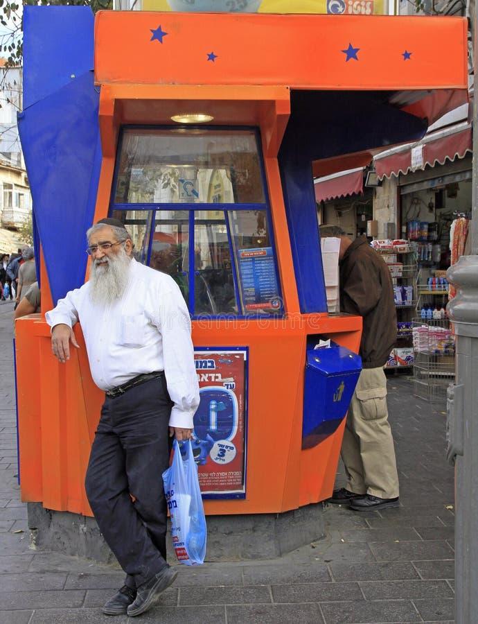 Mężczyzna stoi przy loteryjnym kioskiem w Jerozolima, Izrael obraz royalty free