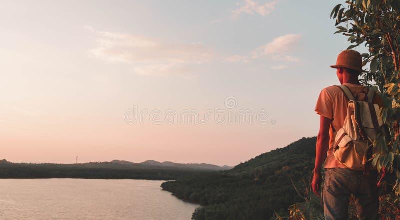 Mężczyzna stojący w lesie na górach z plecakiem Travel Lifestyle wędrowne wędrówki koncepcja letnia wakacje na zewnątrz zdjęcia royalty free