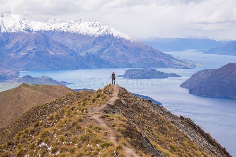 Mężczyzna stojak na Roy ` s szczycie, Wanaka, Nowa Zelandia zdjęcie royalty free
