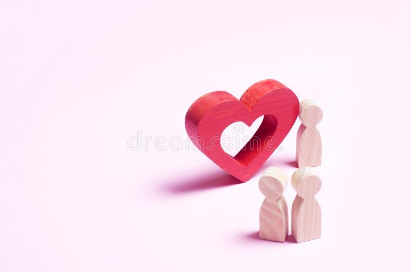 Mężczyzna stojaki blisko serca i wyznają miłości na różowym backgro obrazy stock