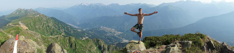 Mężczyzna stojaki na szczycie Czarna filar góra, Krasnaya Polyana fotografia stock