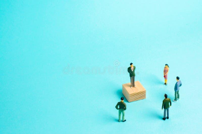 Mężczyzna stojaki przed ludźmi i agitują Propaganda, szkolenie i reportaż twój pomysł, Pojęcie lider, drużynowa praca fotografia stock