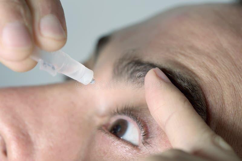 Mężczyzna stosuje oko krople jego oczy zdjęcia stock
