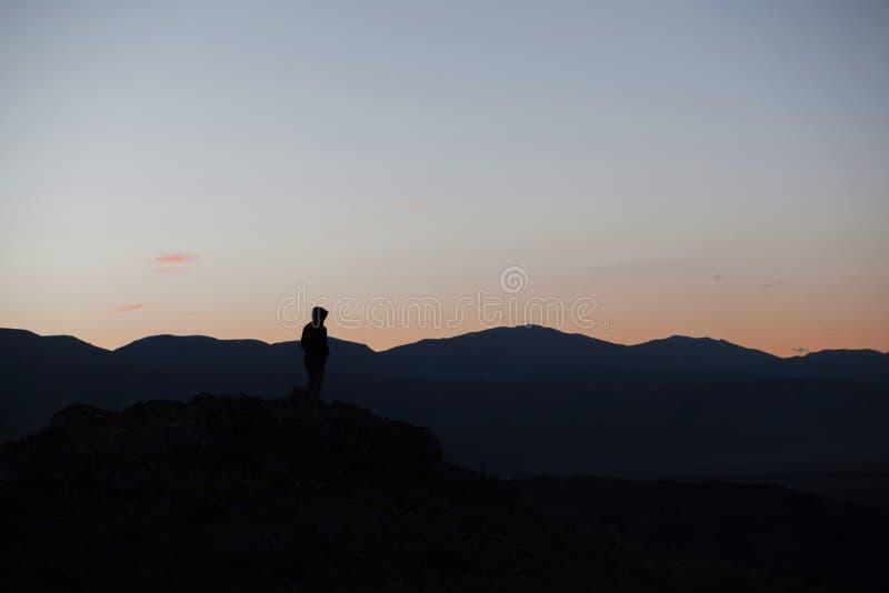 Mężczyzna sylwetki pobyt na ostrze skały szczycie Satysfakcjonuje wycieczkowicza cieszy się widok Wysoki mężczyzna na skalistym f obrazy royalty free