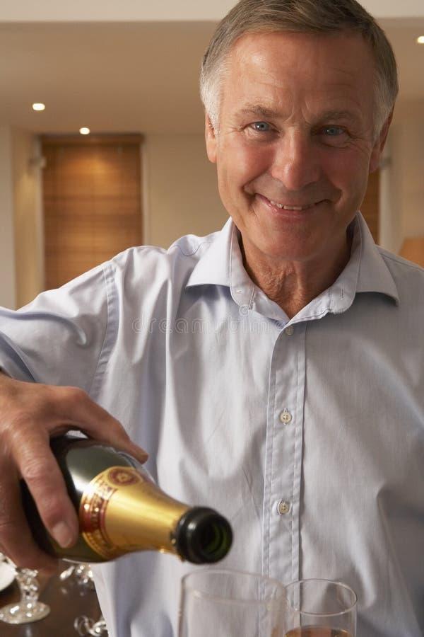 mężczyzna szampański szklany dolewanie obrazy stock