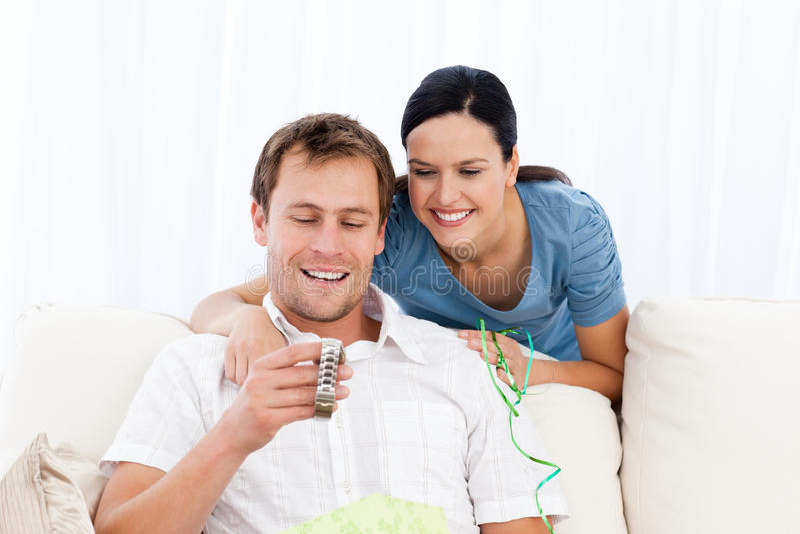 mężczyzna szczęśliwy przyglądający zegarek zdjęcie royalty free