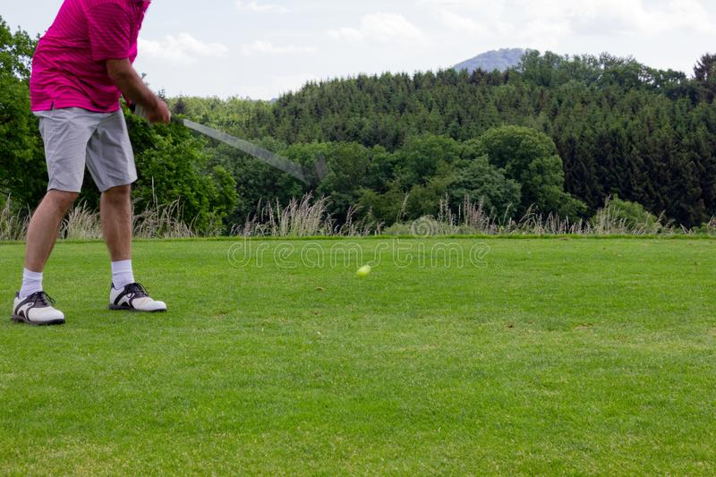 mężczyzna sztuk golf na zielonym gazonie fotografia royalty free
