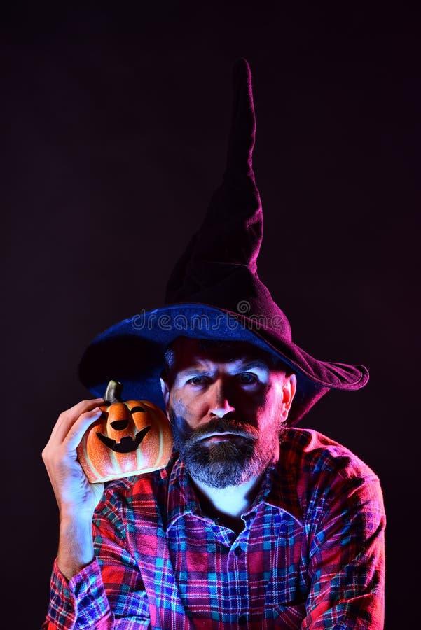 Mężczyzna sztuka z baniami i fundą Szczęśliwy ojciec na Halloween tle z magik książką symbole kapeluszowej magię stylu ilustracyj zdjęcie stock