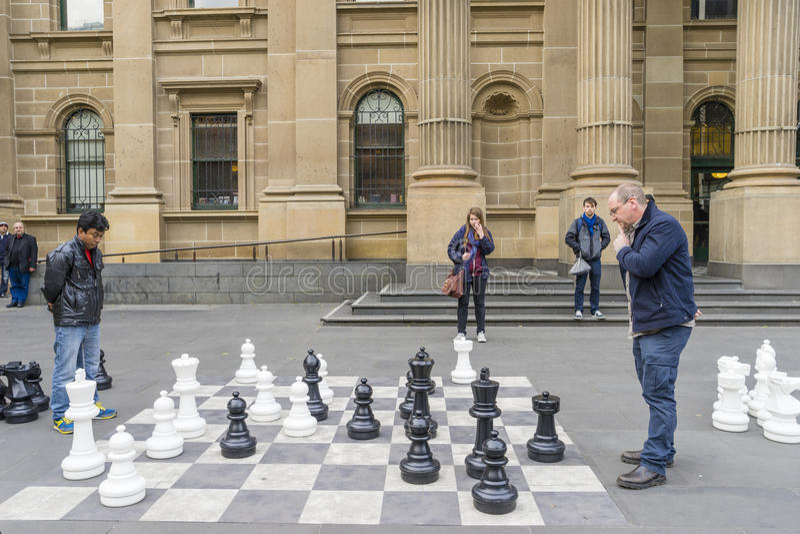 Mężczyzna sztuki gigantyczna plenerowa szachowa gra obrazy stock