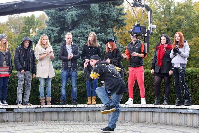 Mężczyzna tanczy przy strzelaniny klamerką jeden zespół obraz royalty free