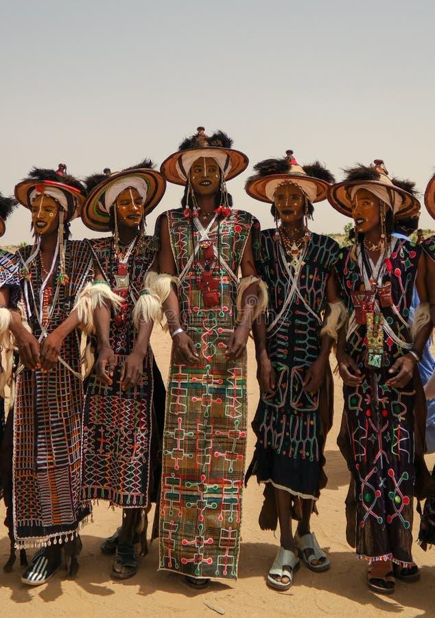 Mężczyzna tanczy Yaake tanczą i śpiewają przy Guerewol festiwalem w InGall wiosce, Agadez, Niger fotografia royalty free