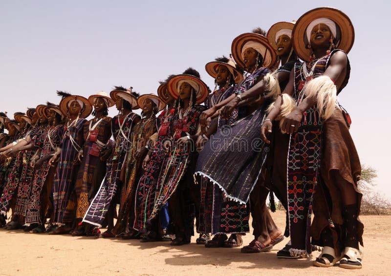 Mężczyzna tanczy Yaake tanczą i śpiewają przy Guerewol festiwalem w InGall wiosce, Agadez, Niger zdjęcia stock