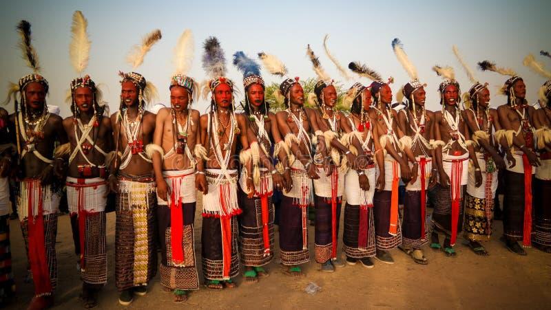 Mężczyzna tanczy Yaake tanczą i śpiewają przy Guerewol festiwalem w InGall wiosce, Agadez, Niger obraz stock