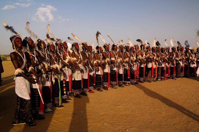 Mężczyzna tanczy Yaake tanczą i śpiewają przy Guerewol festiwalem w InGall wiosce, Agadez, Niger zdjęcie stock