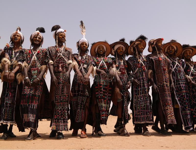 Mężczyzna tanczy Yaake tanczą i śpiewają przy Guerewol festiwalem w InGall wiosce, Agadez, Niger obraz royalty free