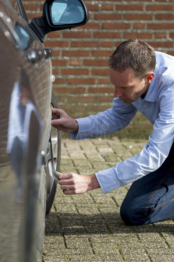 Mężczyzna target792_0_ samochód obrazy royalty free