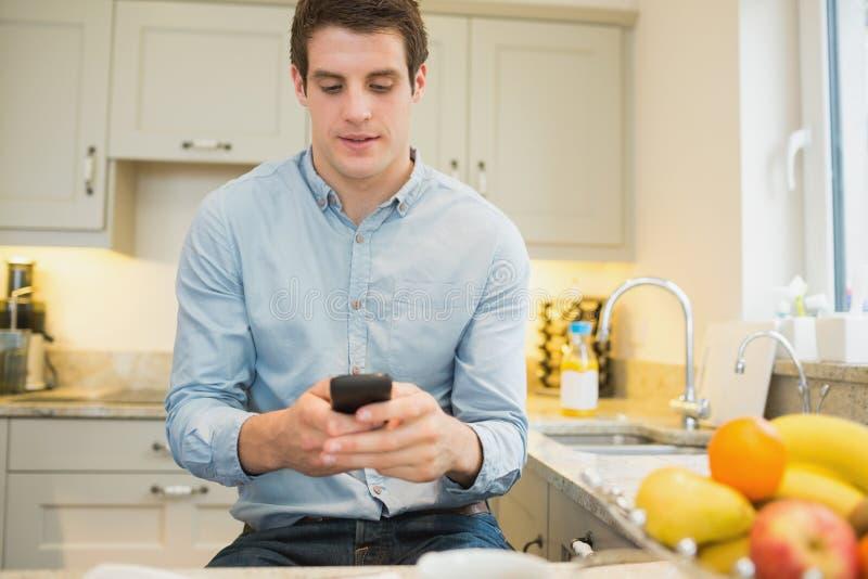 Mężczyzna texting wiadomości obrazy stock