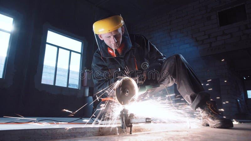 Mężczyzna tnący metal używać szlifierską maszynę zdjęcia stock