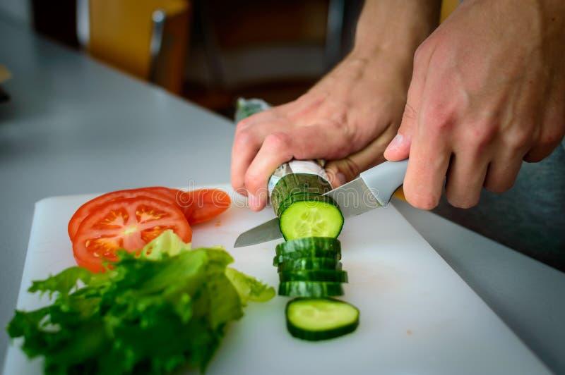 Mężczyzna tnący warzywa zdjęcia stock