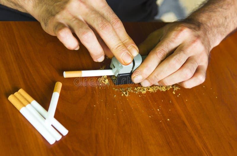 Mężczyzna toczni papierosy używać świeżego tytoniu obraz royalty free