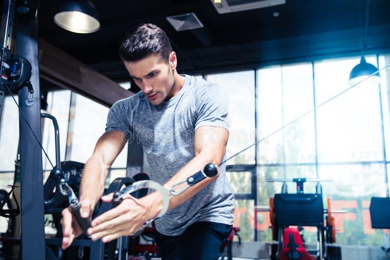 Mężczyzna trening w gym fotografia royalty free