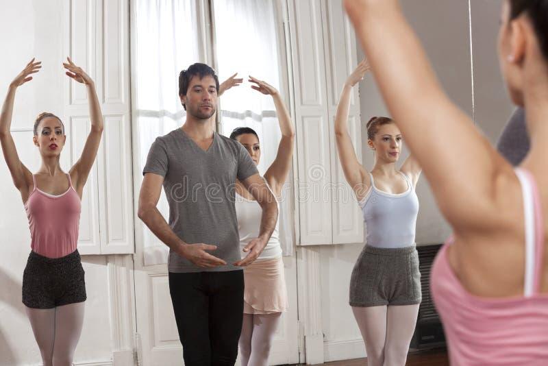 Mężczyzna Trenuje Baletniczych tancerzy W studiu obraz royalty free