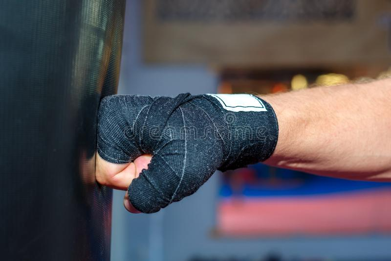Mężczyzna trenuje przy MMA torba opracowywał garbki obrazy royalty free