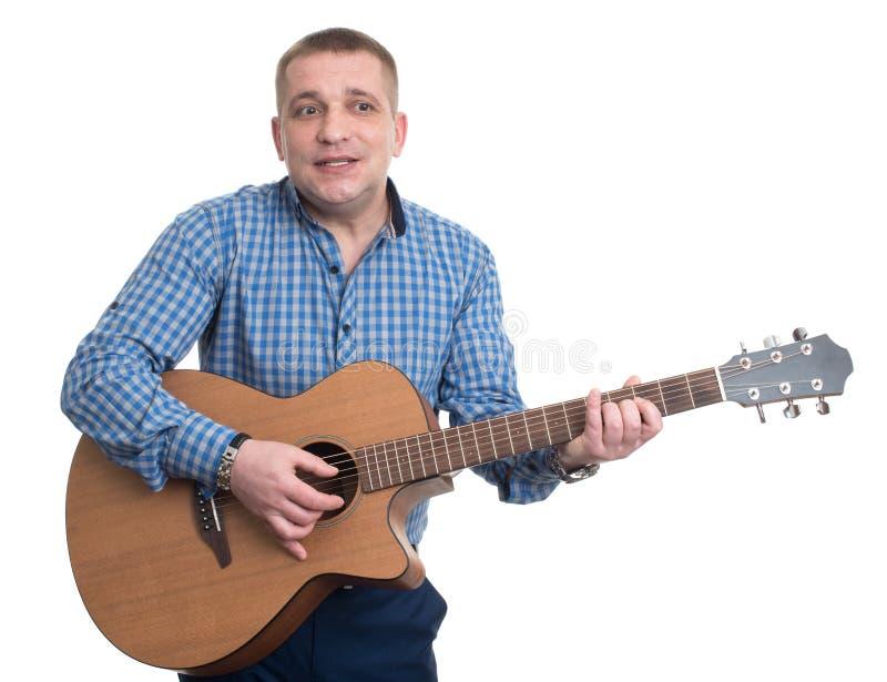 Mężczyzna trzyma śpiew i gitarę obrazy stock