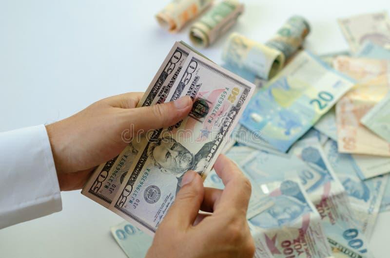 Mężczyzna trzyma banknoty w jego rękach fotografia stock