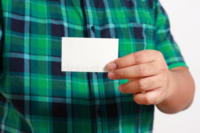 Mężczyzna trzyma białą wizytówkę zdjęcia royalty free