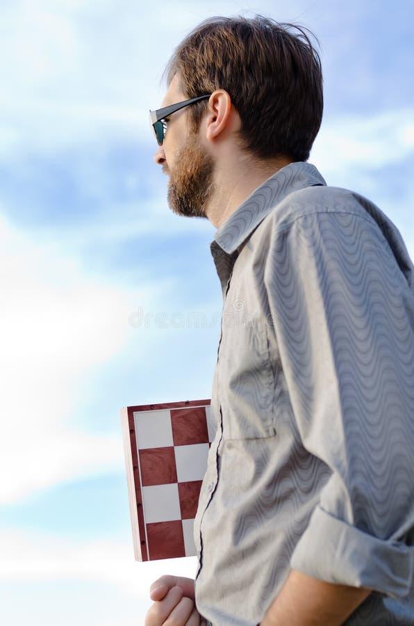 Mężczyzna trzyma chessboard obraz stock