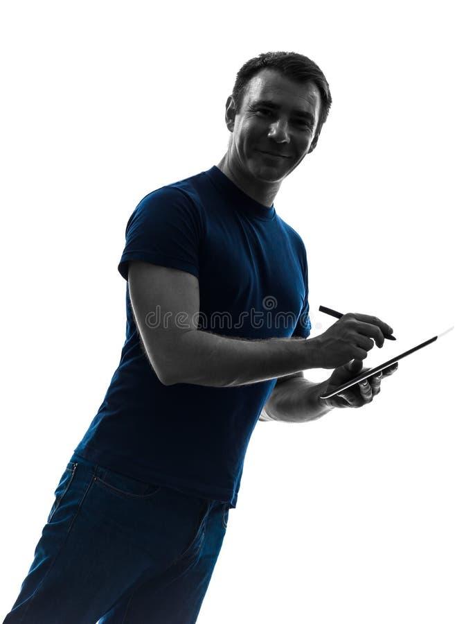 Mężczyzna trzyma cyfrową pastylki i pióra sylwetkę zdjęcie royalty free