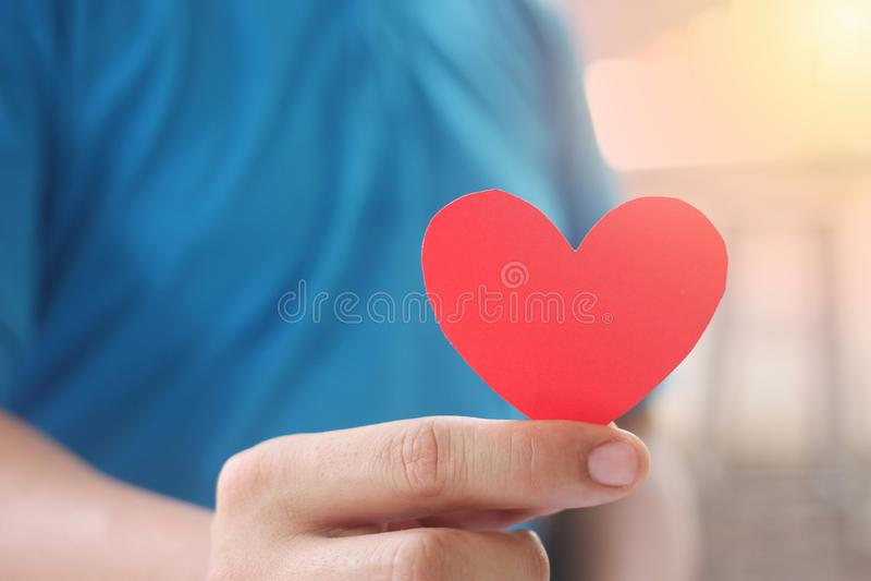 Mężczyzna trzyma czerwonego serce w jego ręce fotografia stock