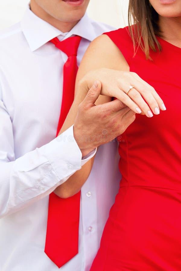 Mężczyzna trzyma dziewczyny ręką zdjęcia royalty free