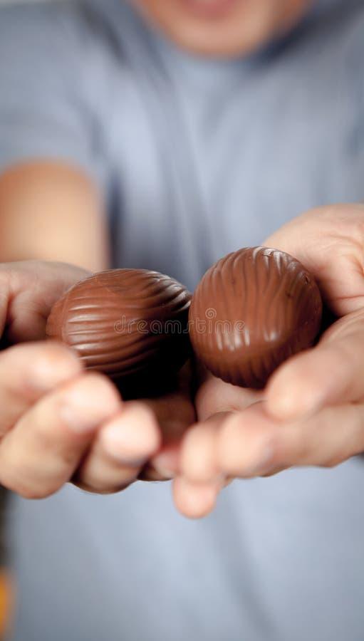 Mężczyzna trzyma Easter jajka obraz stock