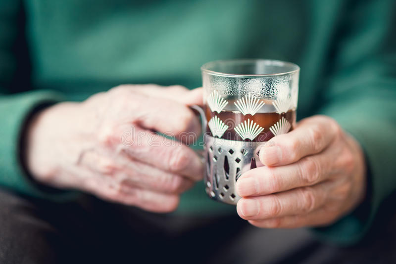 Mężczyzna trzyma herbaty obrazy stock