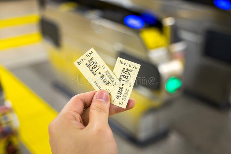 mężczyzna trzyma Japan taborowych bilety obraz royalty free