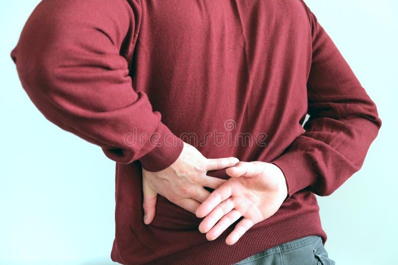 Mężczyzna trzyma jego plecy atak nerkowa kolka Urolithiasis Poj?cie zdrowie fotografia royalty free