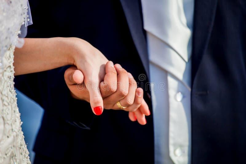 Mężczyzna trzyma kobiety rękę, para małżeńska zdjęcia stock