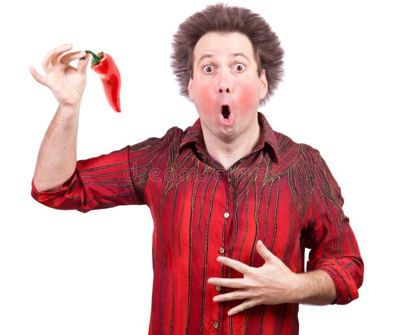 Mężczyzna trzyma korzenną czerwoną paprykę obraz royalty free