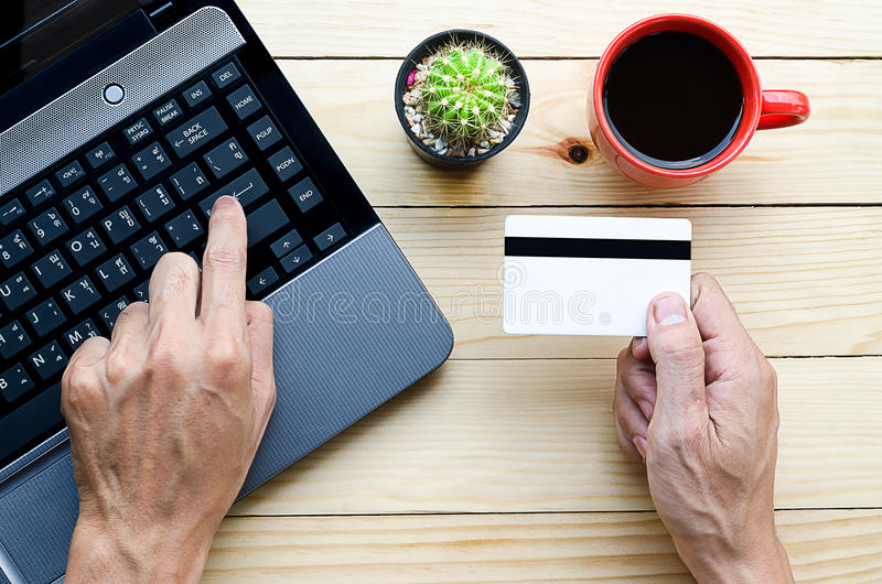 Mężczyzna trzyma kredytową kartę obrazy stock