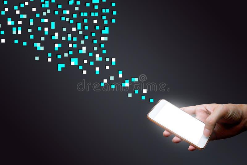 Mężczyzna trzyma mądrze telefon i cyfrową kropkę Dane networking co zdjęcia royalty free