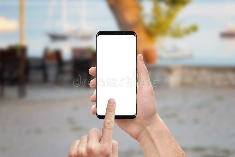 Mężczyzna trzyma nowożytnego mądrze telefon z round pokazem ostrzy zdjęcia stock
