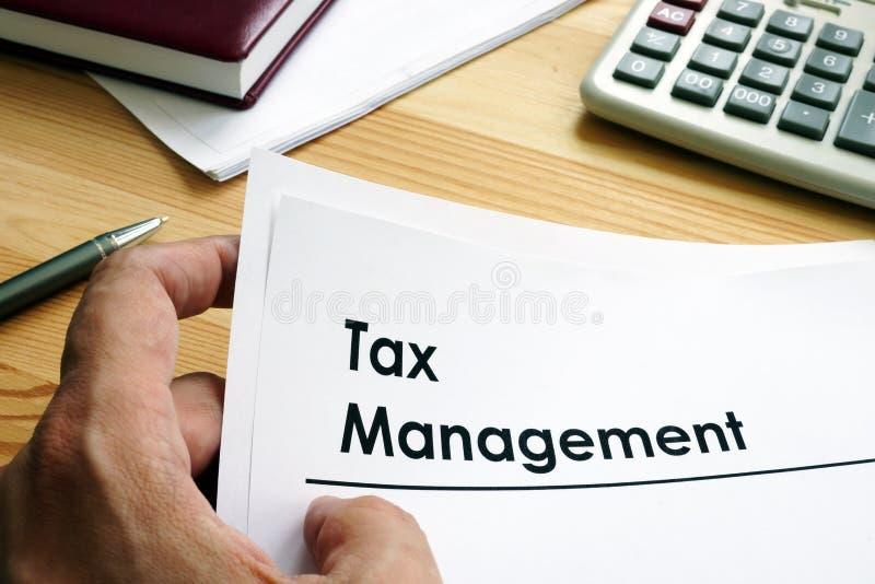 Mężczyzna trzyma podatku zarządzania dokumenty zdjęcia stock