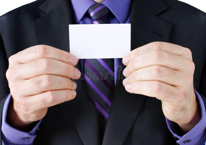 Mężczyzna trzyma pustą kartę w kostiumu fotografia stock