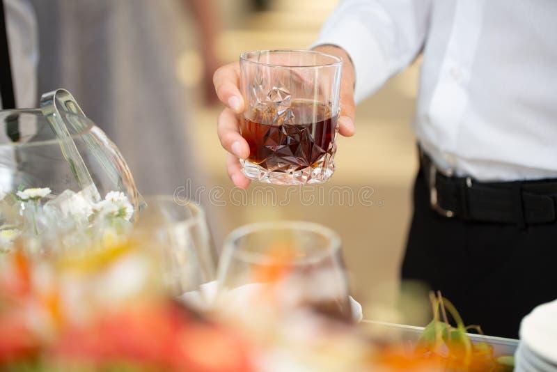 Mężczyzna trzyma whisky szklany zdjęcie stock