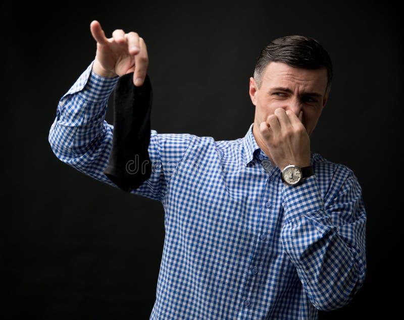Download Mężczyzna Trzyma Zaśmierdłe Skarpety I Zatykającego Nos Zdjęcie Stock - Obraz złożonej z 1, chwyt: 53789060