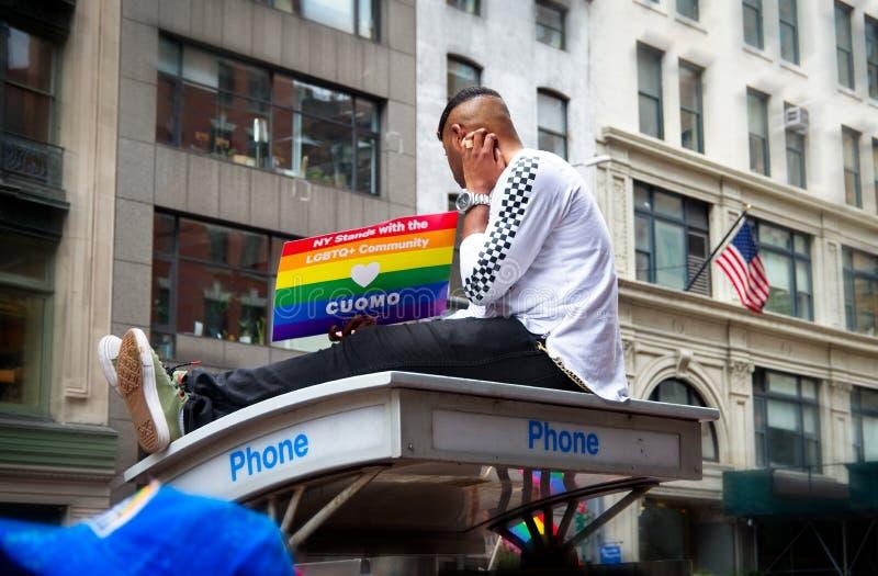 Mężczyzna trzyma znaka przy 2018 Miasto Nowy Jork dumy paradą na górze telefonu budka obrazy stock