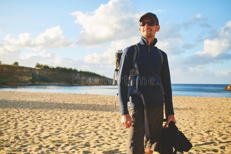 Mężczyzna turysta na plaży obraz royalty free